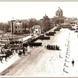 1 мая 1937 года. Военный парад движется со стороны кинотеатра «Октябрь», устроенного в Знаменском соборе