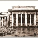 Лето 1943 года. Курск готовится к обороне: на первом этаже здания цирка оборудованы пулеметные гнезда