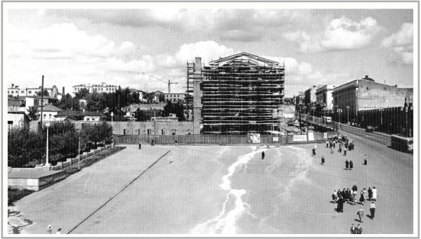 Примерно 1956 год. Гостиница «Центральная» в строительных лесах.