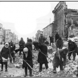 1943 год. Куряне разбирают руины на улице Ленина