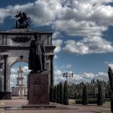 Памятник Жукову и арка на фоне
