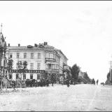 Вид на Московскую (ныне - Ленина) улицу от Красной площади. Слева - Александровская часовня (снесена в 20-х годах), за ней - гос