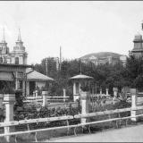 Сад Общественного клуба. На заднем плане - здание летнего театра. Левее виден Знаменский собор.