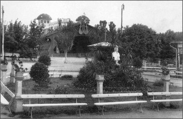 Сад и театр Общественного клуба (сейчас - территория Первомайского парка). В центре виден памятник А.С. Пушкину.