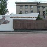 Стела славы Героям-курянам на Красной площади Курска.