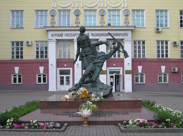 Памятник военным медикам у главного корпуса Курского государственного медицинского университета