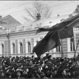 Демонстрация 19 октября 1905 г. Шествие с флагами по ул. Московской в сторону Красной площади, в квартале между Веселой (ныне -