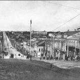 Херсонская улица (ныне - ул. Дзержинского), спуск от Красной площади. Справа и слева в домах непрерывная череда лавок и магазино