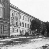 Мужская гимназия. Вид от ворот на Знаменской улице (ныне - Луначарского)