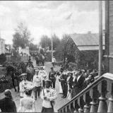Николай II во дворе больницы Курско-Знаменской общины 1 сентября 1902 г. Государя встречает госпожа Н.Ф. Монтрезор. На этом мест