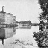 """Вид на север вдоль реки. Слева пивоваренный завод """"Вильм"""" на Набережной улице (не сохранился). Вдали труба дрожжзавода."""