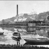 Лодки у стрелецкого берега, купальни - у городского. За рекой электрическая станция, Знаменский собор и губернское правление.