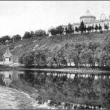 Знаменский монастырь со стрелецкого берега от 1-го моста ж.-д. ветки. За рекой - Святой колодезь (ныне не сохранившийся)