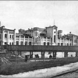 """Ямской вокзал. Вид вокзала """"Курск-1"""", переходной деревянный мост со стороны города."""
