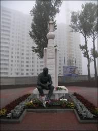 Памятник В. Клыкову